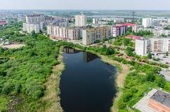 Distrito residencial y lago gipsy Tyumen Rusia Fotos de archivo