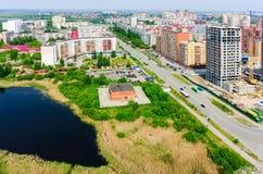 Distrito residencial y lago gipsy Tyumen Rusia Imagen de archivo libre de regalías