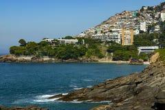 Distrito social de Vidigal del contraste y hotel de lujo, favela de los tugurios y edificios sofisticados en la zona del sur de R imágenes de archivo libres de regalías