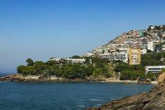 Distrito social de Vidigal del contraste y hotel de lujo, favela de los tugurios y edificios sofisticados en la zona del sur de R imagen de archivo