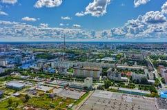 Distritos residenciais com as torres da tevê em Tyumen Imagem de Stock Royalty Free