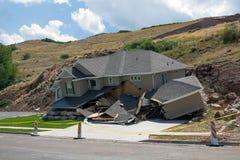Distruzione di nuova casa in una frana dopo le pioggie persistenti Immagine Stock