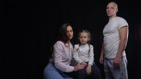 Disturbingly σοβαρός πατέρας που στέκεται δίπλα στην οικογένειά του απόθεμα βίντεο