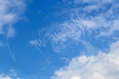 Disturbio en el cielo azul del backgroundof del universo con las nubes y el vórtice circular fotos de archivo