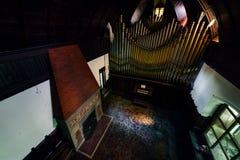Disused cyna, Mosiężny Fajczany organ & graba - Zaniechany Muzyczny pokój w dworze zdjęcia royalty free