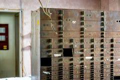 In disuso e Rusty Key Box a Front Lobby Check In - hotel di località di soggiorno abbandonato Fotografia Stock