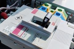 Disyuntor de poder moderno con ajustable y terminales en gabinete eléctrico Imagen de archivo