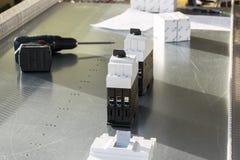 Disyuntores, destornillador, caja y lista del panel del montaje Imagen de archivo