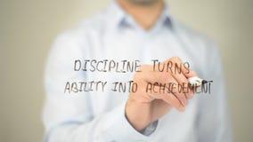Disziplin macht Fähigkeit zu Leistung, Mannschreiben auf transparentem Schirm stockfotografie