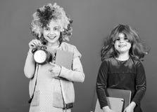 Disziplin- und Zeitkonzept Zirkusschulbildung Zeit, Spa? zu haben Kinderbunte gelockte Per?ckenclownart-Griffwarnung lizenzfreie stockfotografie