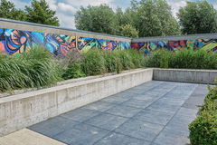 In dit beeld een tuin met achtergrond het werk van een graffiti Royalty-vrije Stock Afbeeldingen