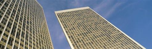 Dit is de mening omhoog bekijkend de Torens van de Stad van de Eeuw Het wordt omringd door blauwe hemel tijdens de dag royalty-vrije stock foto's