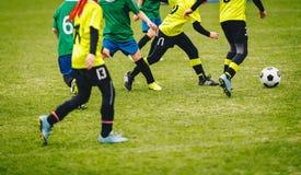 Dit is dossier van EPS10-formaat Spelers die voetbalbal op groen gebied schoppen stock afbeeldingen