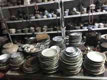 Dit is een antieke winkel zich specialiseert in porseleininzameling stock fotografie