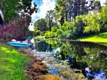 Dit is een groot bootbeeld op het water Stock Foto's