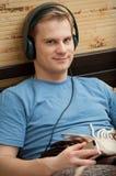 Dit is een portret van jonge mens het luisteren stock afbeelding