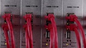 Dit is een SAS 2 Moderne netwerkapparatuur - kabels en van bedradingsverbindingen servers stock footage