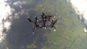 Dit is een sprong van professioneel skydive team stock video
