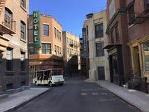 Dit is een streetview die op een studiopartij wordt gevestigd die een historische stad simuleren plaatsend zoals de Stad van New  stock foto's
