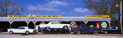 Dit is een uitstekende gebruikte autohandelaar langs Route 44 Het is vroegere Oude Route 66 Het is een waar stuk van Americana Er Stock Foto's