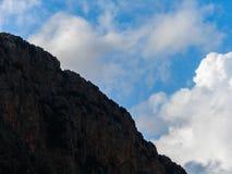 Dit is een Vallei in hoogtepunt het Noord- van Libanon van bergen, waterval en holen stock afbeeldingen