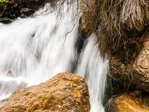 Dit is een Vallei in hoogtepunt het Noord- van Libanon van bergen, waterval en holen stock fotografie