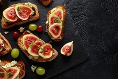 Dit Fig. en Gorgonzola-tartines, toost, bruschetta Gemotregend met honing royalty-vrije stock fotografie