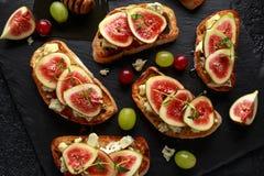 Dit Fig. en Gorgonzola-tartines, toost, bruschetta Gemotregend met honing stock foto's