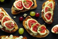 Dit Fig. en Gorgonzola-tartines, toost, bruschetta Gemotregend met honing stock foto