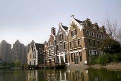 Dit is het rivieroeverplattelandshuisje dat in het park van China wordt gezien Stock Afbeeldingen