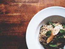 Dit is kruidige noedelssalade met worst op houten lijst, zacht t stock afbeelding