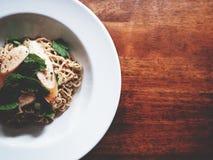Dit is kruidige noedelssalade met worst op houten lijst, zacht t stock foto's