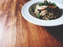 Dit is kruidige noedelssalade met worst op houten lijst, zacht t royalty-vrije stock foto's