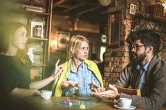 Dit is niet eerlijk Drie vrienden bij koffie Stock Afbeeldingen