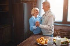 Dit paar heeft een schitterende tijd dansend in de keuken en remem stock foto's