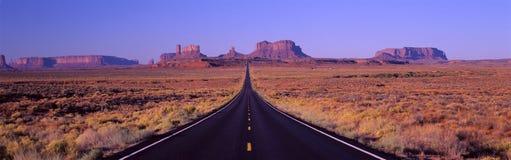 Dit is Route 163 die de Indische Reserve van Navajo doorneemt De weg lanceert het midden en wordt kleiner in oneindigheid E Stock Afbeeldingen