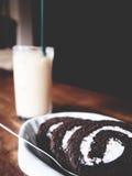 Dit is Thaise bevroren thee in het glas en chocoladebroodje in whi stock afbeeldingen