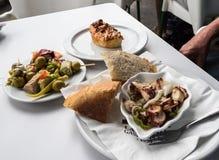 Dit voedsel wordt genoemd Pinchos en het werd genomen in La Ribera, Bilbao, Spanje stock foto
