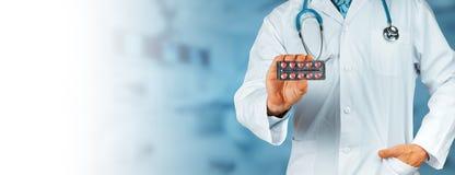 Dit zal helpen De Rode Pillen van artsenholding blisters with met exemplaar-Ruimte royalty-vrije stock fotografie