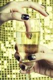 Dita alte vicine della foto di bellezza con il manicure che tiene vetro di champagne Immagini Stock