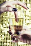 Dita alte vicine della foto di bellezza con il manicure che tiene vetro di champagne Immagini Stock Libere da Diritti