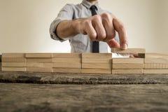 Dita che dispongono blocco di legno sulla pila ordinata Immagine Stock Libera da Diritti