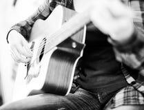 Dita che giocano chitarra fotografia stock libera da diritti