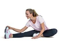 Dita del piede commoventi della donna felice mentre esercitandosi Fotografia Stock