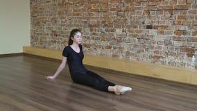 Dita del piede di allungamento della ragazza di allenamento di ginnastica di forma fisica di sport Fotografia Stock Libera da Diritti
