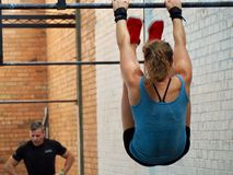 Dita del piede per escludere - metà di allenamento dell'atleta durante il corso di formazione ad alta intensità immagine stock libera da diritti