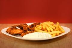 Dita del pollo con le patate fritte e la salsa immagini stock