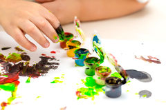 Dita del ` s dei bambini in pittura Immagini Stock Libere da Diritti