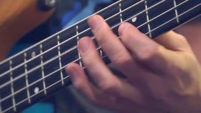 Dita della spigola del ` s del chitarrista sul fretboard stock footage