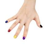 Dita delle mani femminili con lacca colorata Fotografia Stock Libera da Diritti